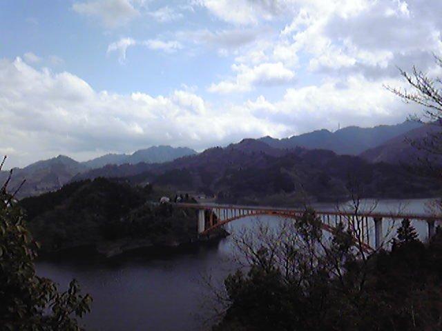 架設在宮之瀬湖上的彩虹大橋,風景優美。但實在難以想像這樣美麗的地方卻是榜上有名的靈異地點……(圖/kik notes@Flickr)