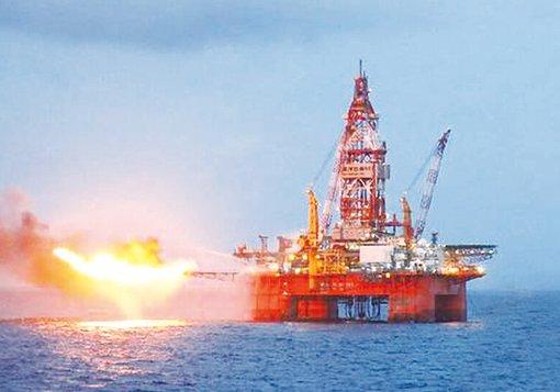 圖六:在東沙西南、廣東外海,中海油「海洋石油981」鑽井平台鑽得油氣試燃的畫面。(中國船舶集團公司公佈的照片)