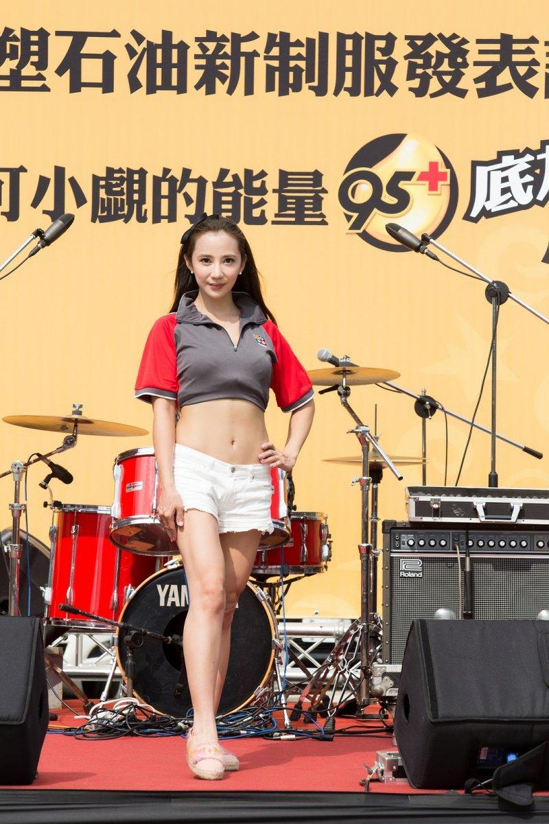 安小蕎當場換上台塑石油新制服,竟意外成為台塑新制幅的最佳代言人。(圖/台塑石化提供)