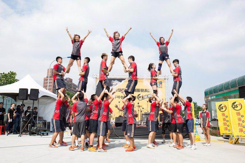 世新大學啦啦隊為台塑石油新制服發表會擔任開場演出,充分展現「不可小覷的能量」!(圖/台塑石化提供)