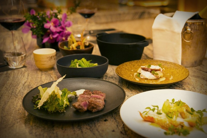 Mark's Teppanyaki融入來自日本、中國和西方的代表性餐點,創作出令人大呼過癮的美食。(圖/台北萬豪酒店提供)
