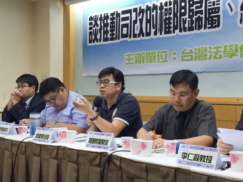 錢建榮等法律人24日舉行記者會批評此次司法院長提名。(石秀娟攝).jpg