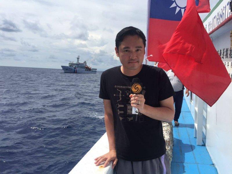 鳳凰衛視記者隨台灣漁船前往太平島,引發爭議(鳳凰衛視臉書)