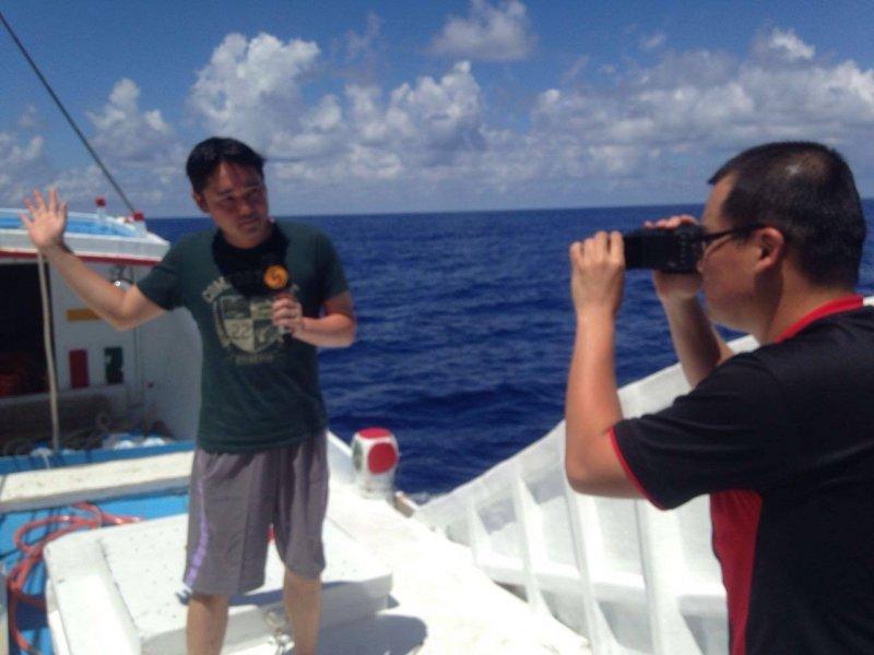 中國鳳凰衛視記者隨台灣漁船前往太平島,引發爭議(鳳凰衛視臉書)