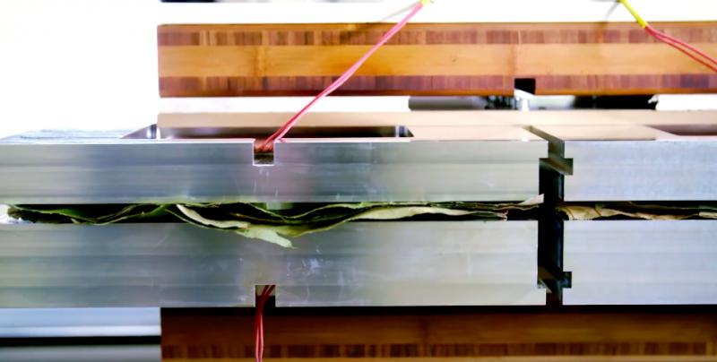 2+1層的複合結構,強韌不透水的關鍵在於「棕櫚纖維」。(圖/leaf republic@youtube)