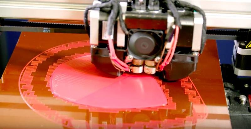 運用正夯的3D列印,精確建構出餐盤的立體結構。(圖/leaf republic@youtube)