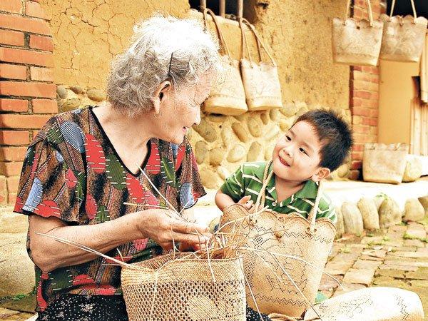 偏鄉的孩子需要的是資源,還是陪伴?(圖/擷取自太陽報網站)