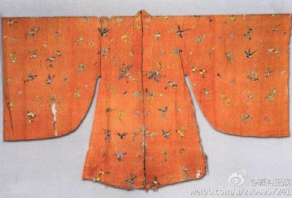 孔府收藏的桃紅紗地彩繡花鳥紋披風,是明末的流行款。(圖/旅讀中國提供)