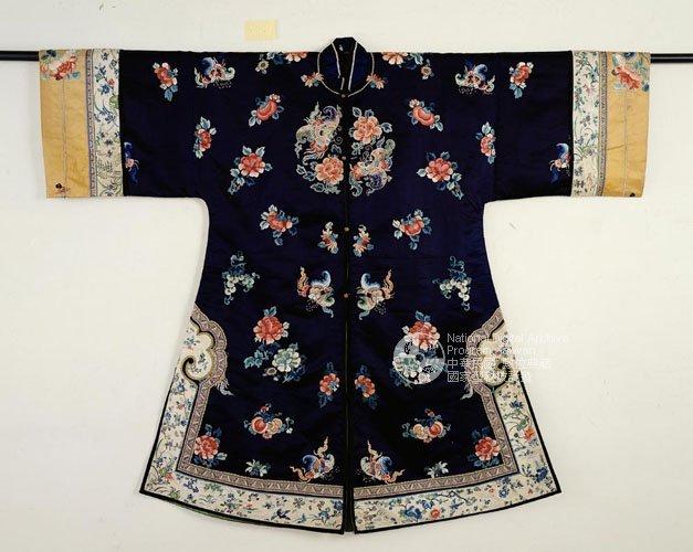 清末民初的女褂(披風),存世女褂主要為深青、石青或黑色。(圖/旅讀中國提供)