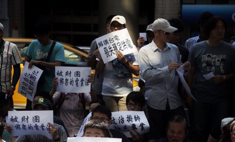 2016-07-27-電業法修正說明會-台電工會場外抗議-曾原信攝