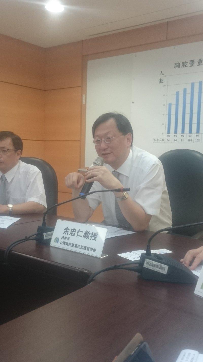 20160728-重症醫師人才荒,台灣胸腔暨重加護醫學會理事長余忠仁。(黃天如攝)