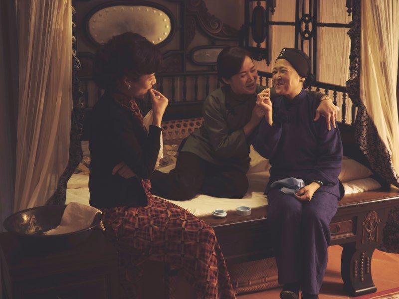 《紫色大稻埕》江記茶行的三位太太,各自有獨特的形象,在治家、理財、育兒上各自發揮,卻也相互扶持。大太太素蓮(沛小嵐 飾)、二太太麗美(徐麗雯 飾)、三太太桂香(林秀玲 飾)。