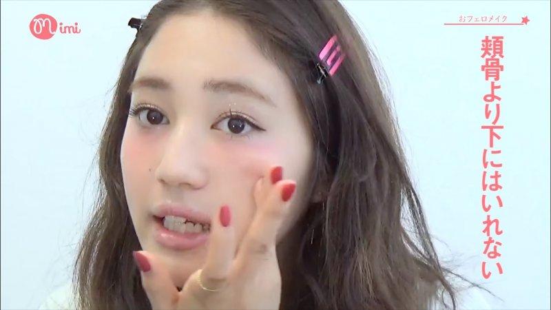 用手指暈開,盡量不要將顏色帶到顴骨下方。需要的話可以再用粉狀腮紅來暈染。(截圖自/MimiTV@Youtube)