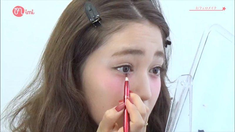 用唇刷沾取一些紅色口紅,輕輕地畫在下眼皮,創造心機的楚楚可憐感。(截圖自/MimiTV@Youtube)