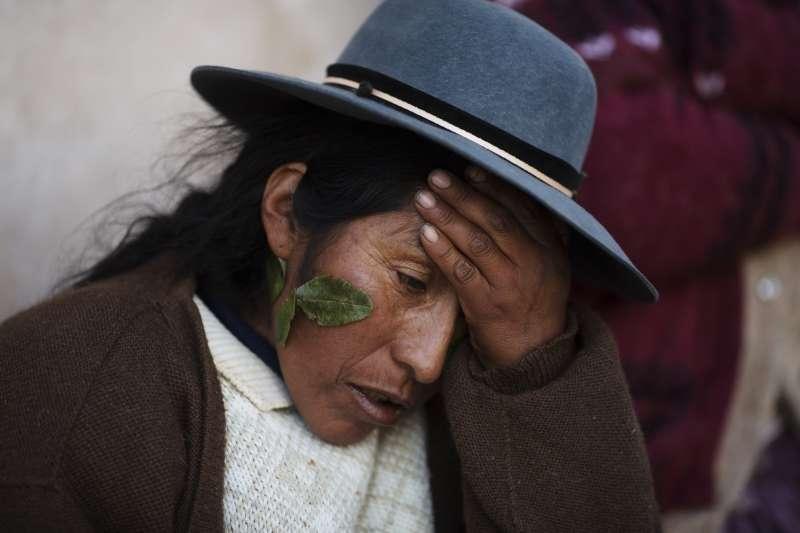 秘魯安地斯山脈近日遭寒流侵襲,數萬隻羊駝因食物不足餓死,當地原住民生活大受影響(美聯社)