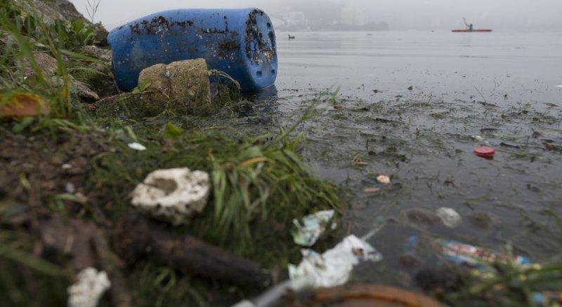 巴西水汙染嚴重,在水上賽事區域還發現超級細菌,選手健康面臨風險。(圖/美聯社)