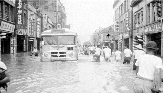 1963年9月10日,葛樂禮颱風狂襲北台灣,導致大台北許多低窪地區淹水超過一樓高,總計約造成14,000千間房屋全倒,社子地區更是受創嚴重,泡水三天,數十人傷亡。(圖/遠足出版提供)