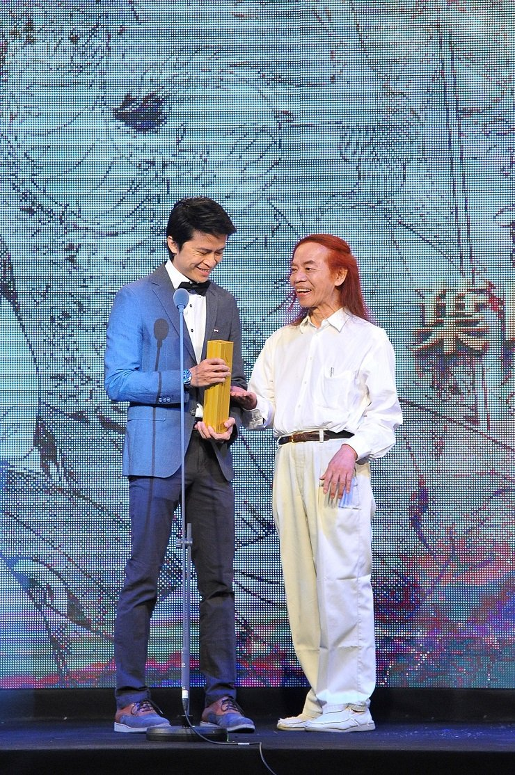 知名漫畫家蔡志忠頒發年度漫畫大獎給得獎者葉明軒。(文化部提供)