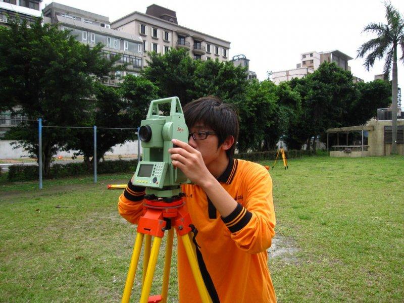 就讀大安高工時期的張人傑,正在練習測量技術。(圖/張人傑提供)