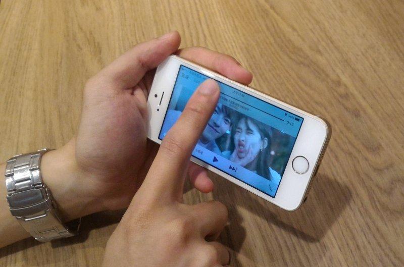 在手機的的小螢幕上,無法準確拉動時間軸是一大困擾,來回不斷拉動,卻總是無法停在想要的段落。(圖/陳麗茹攝)