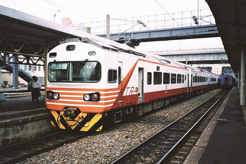 改造過後的自強號電聯車,稱為EMU1200,固定九節行駛。(圖/作者提供)