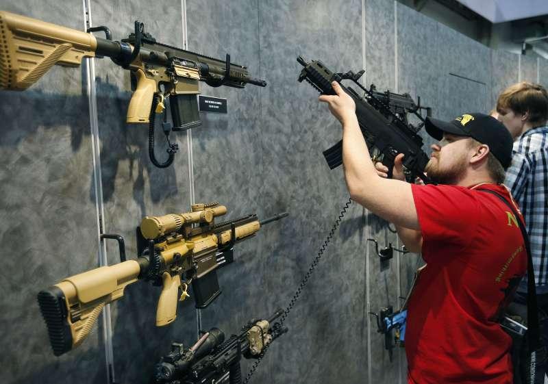 AR-15半自動步槍是美國許多用槍人的最愛(AP)