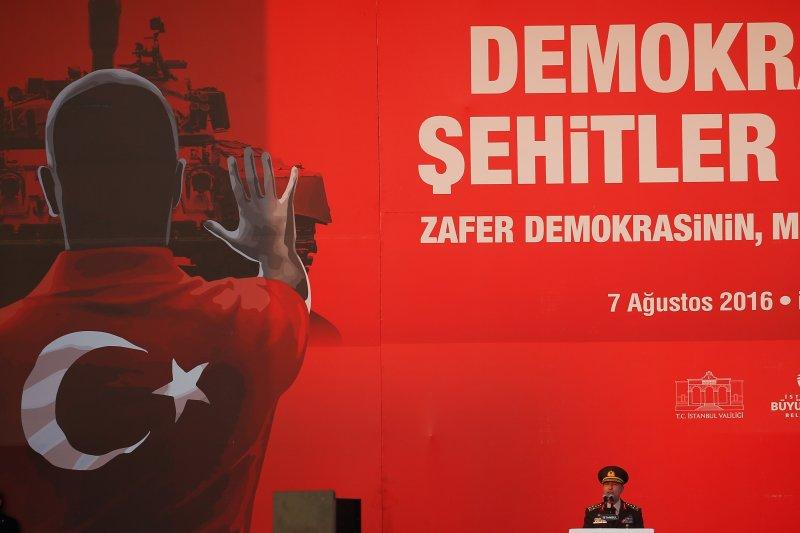 土耳其當局7日在伊斯坦堡舉辦大型集會,參謀總長阿卡爾(Hulusi Akar)也現身譴責上個月的未遂政變。(美聯社)