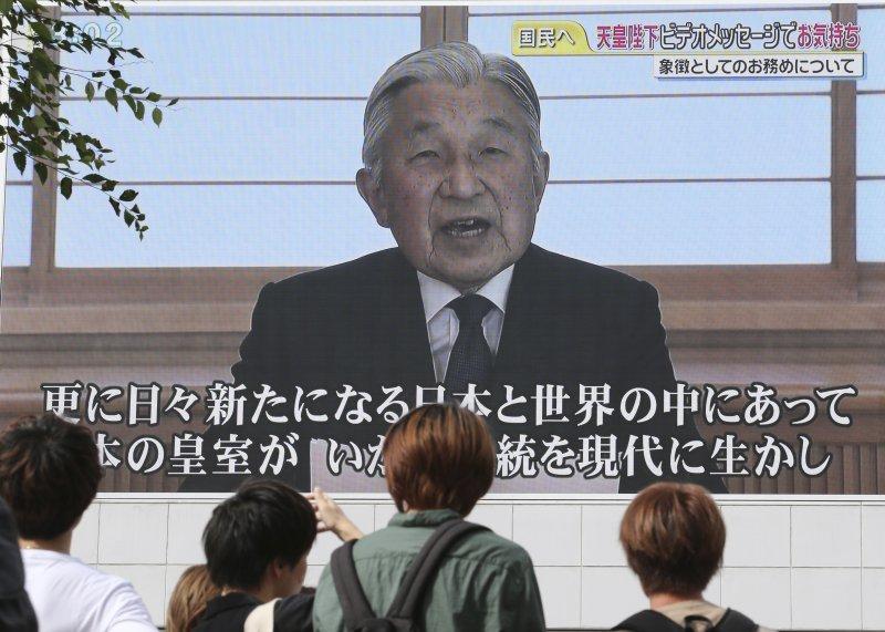日本明仁天皇發表電視談話,國民高度關注。(美聯社)