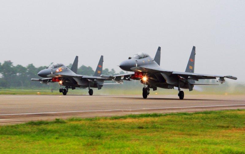 中國人民解放軍空軍蘇-30戰鬥機從南海附近的基地起飛(AP)