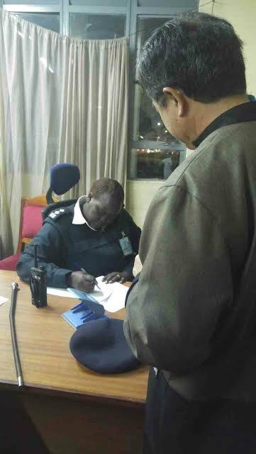 2016-08-08-駐南非代表陳忠將法院判決送交機場警局主管-該主管同意轉交機場其他單位,-但5名台嫌仍被送上專機-外交部提供