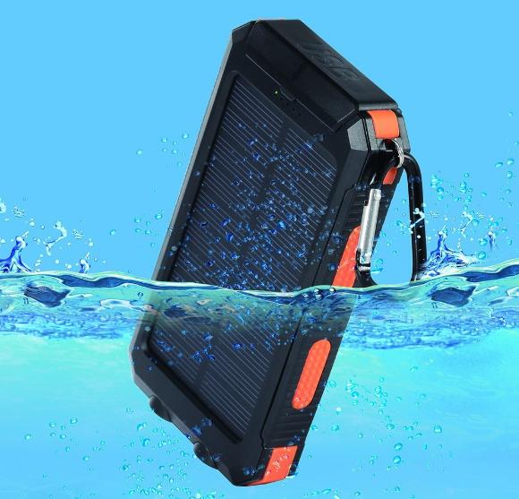 日本推出防水耐震的行動電源,讓玩家能夠上山下海抓「寶可夢」。(圖/amazon.co.jp)