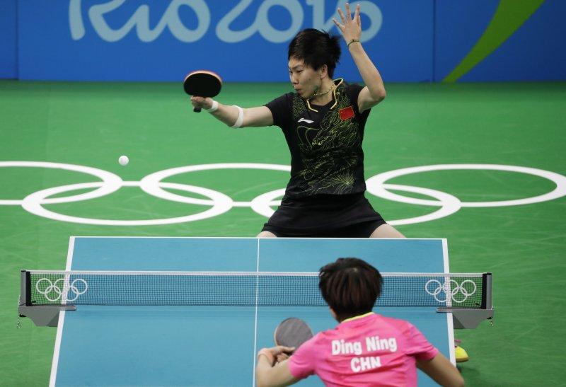 奧運女單再度上演中國「內戰」,由丁寧與李曉霞(黑衣者)爭金。(美聯社)