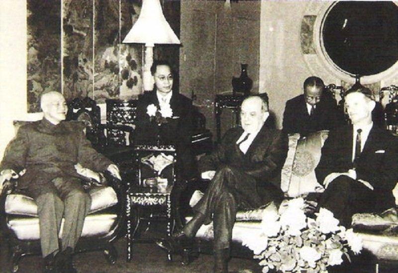 1969年10月蔣中正總統(左)在士林官邸接見美國國務卿魯斯克(中),右一為美國駐華大使馬康衛。(許捷芳攝/愛玉之家提供)