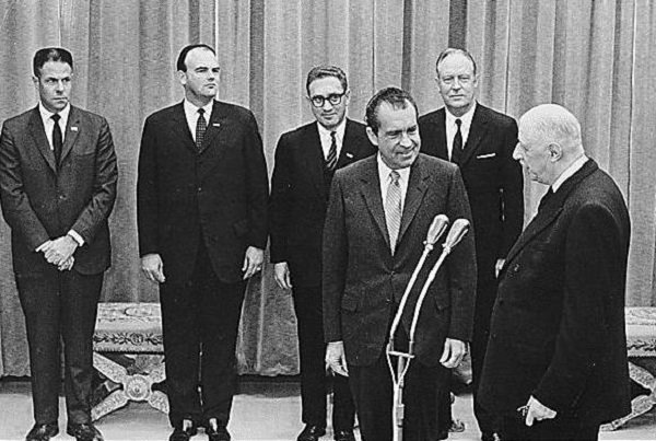 1969年羅傑斯(右)進入尼克森政府。(維基百科)