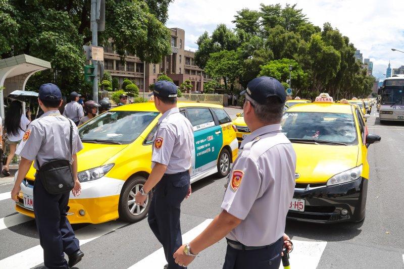 計程車12日以慢速行駛的方式突襲包圍行政院。(顏麟宇攝)