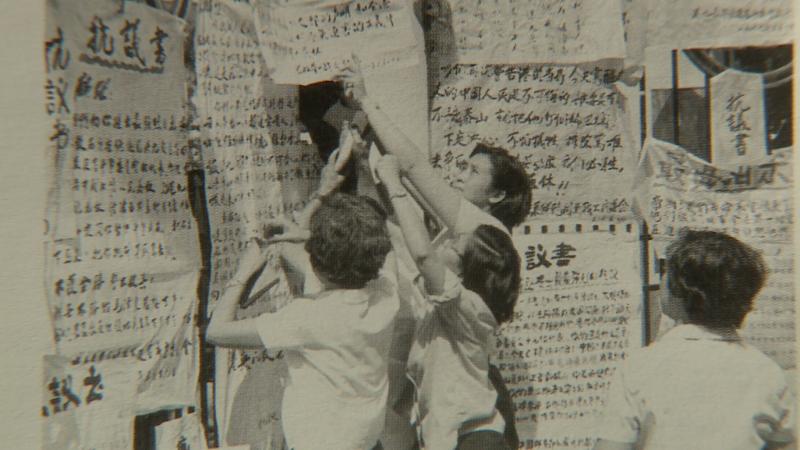 香港「六七暴動」期間,示威群眾在香港總督府外張貼抗議大字報。(人文影像工作室提供)