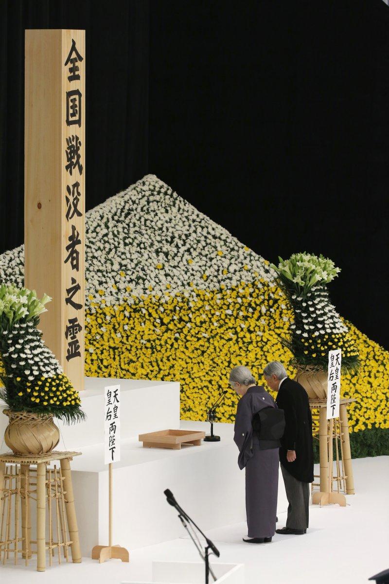 日本明仁天皇、美智子皇后15日對全國戰歿者靈位致意。(美聯社)