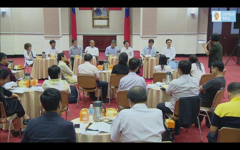 行政院長林全16日於行政院大禮堂與社會各領域團體座談對話。(網路直播擷取畫面)