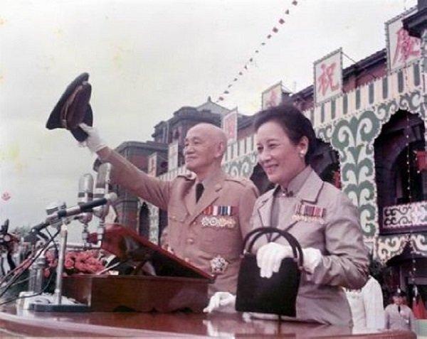 1971年的雙十國慶的蔣氏伉儷,十五天後,中華民國退出聯合國。