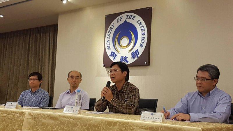 內政部長葉俊榮(右二)談太平島。(內政部提供)