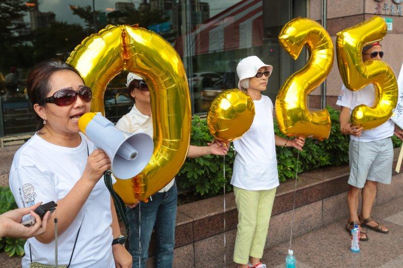 台灣酒駕防制社會關懷協會17日於民進黨部前召開「請民進黨簽署政黨防制酒駕共同宣言」記者會。(顏麟宇攝)