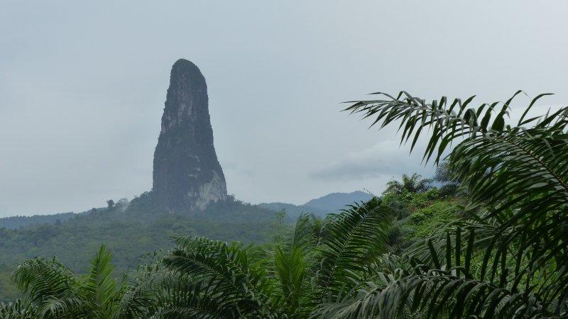若隱若現,迷霧環繞,好像奇幻故事裡的景象。(圖/Pico Cão Grande@wiki)
