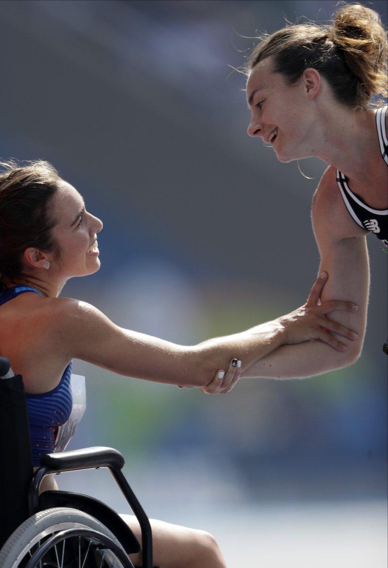 美國田徑選手迪阿寇斯蒂諾(左)賽後與紐西蘭女將漢布林握手致意。(美聯社)