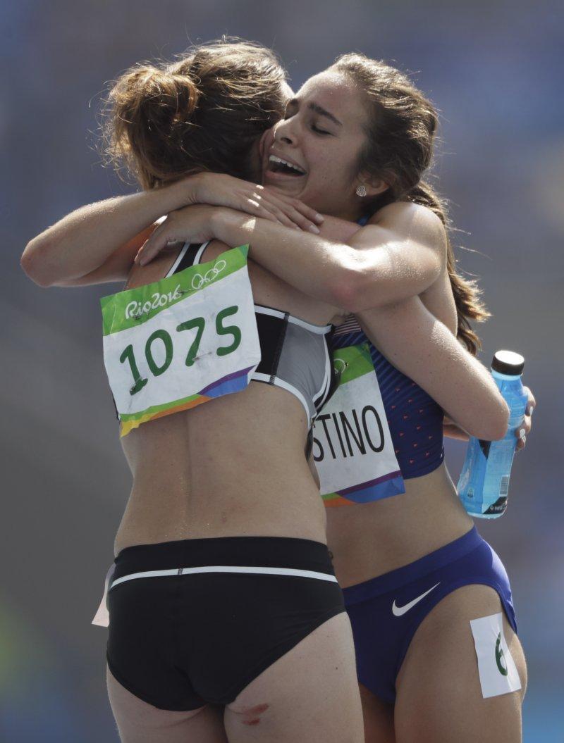 美國田徑選手迪阿寇斯蒂諾與紐西蘭女將漢布林在終點線擁抱。(美聯社)