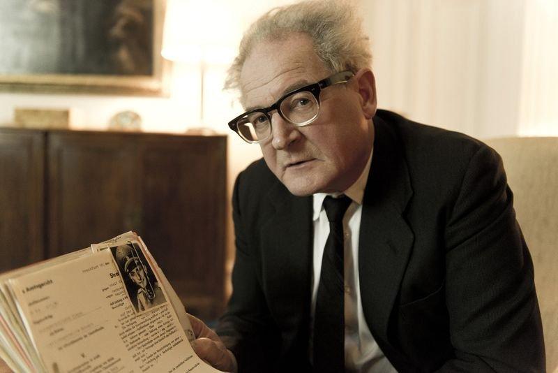 《大審判家》德國黑森邦檢察總長鮑爾得到情資,當初人稱「納粹劊子手」的軍官仍潛藏海外。(《大審判家》劇照,安可電影提供)
