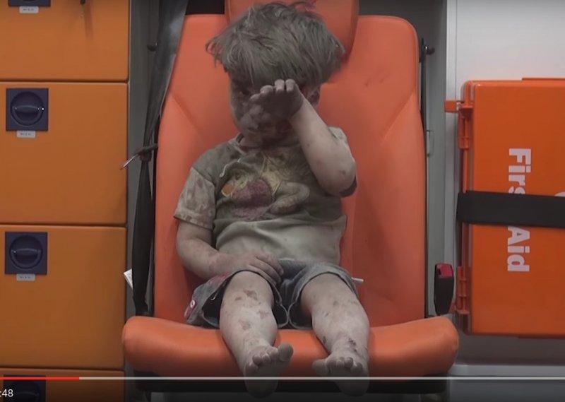 翁蘭.戴克尼許(Omran Daqneesh)一個被炸得滿臉是血、不知道發生什麼事的敘利亞小男孩(YouTube)