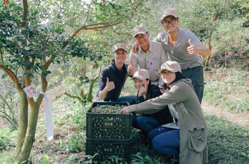 趙文豪表示,預計每年種下3000顆苦茶樹。(貝殼放大提供)