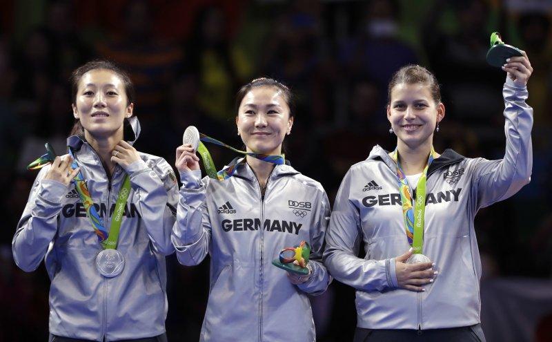 女子團體賽銅牌得主德國隊也有2名中國裔選手,分別為韓瑩(左)與單曉娜。(美聯社)