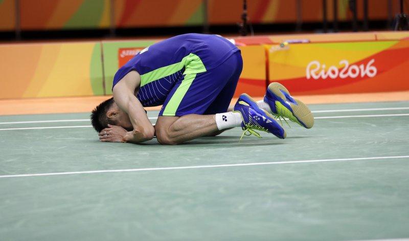 李宗偉擊敗多年對手,激動跪倒在地。(美聯社)