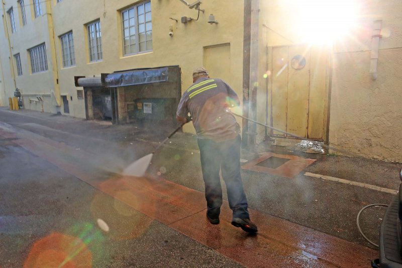 由於茲卡病毒肆虐,美國佛州的工作人員正在邁阿密海灘用高壓熱水沖洗地板。(美聯社)
